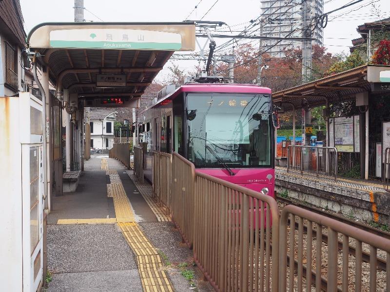 都電荒川線 飛鳥山電停 8800形電車(8801・ローズレッド)