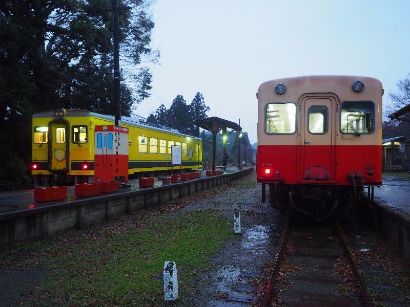 いすみ鉄道・小湊鐵道 上総中野駅 いすみ350型気動車(左)、キハ200形気動車(右)