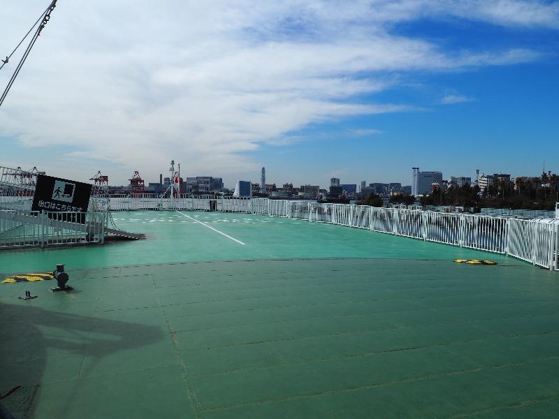 """南極観測船""""宗谷""""船尾 ヘリコプター発着甲鈑 奥は湾岸線 東京港トンネル"""