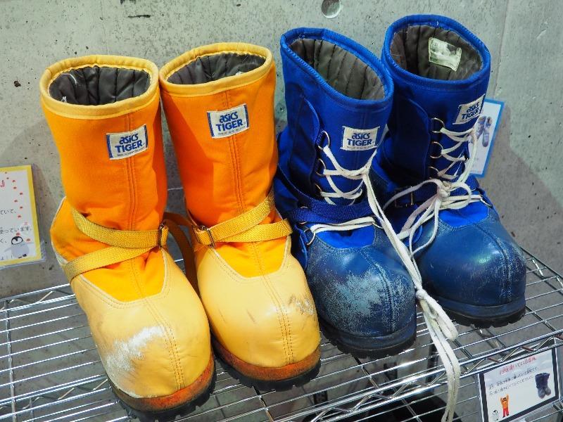 国立極地研究所 南極・北極科学館 D型雪靴(左・橙色)、F型雪靴(右・青色)