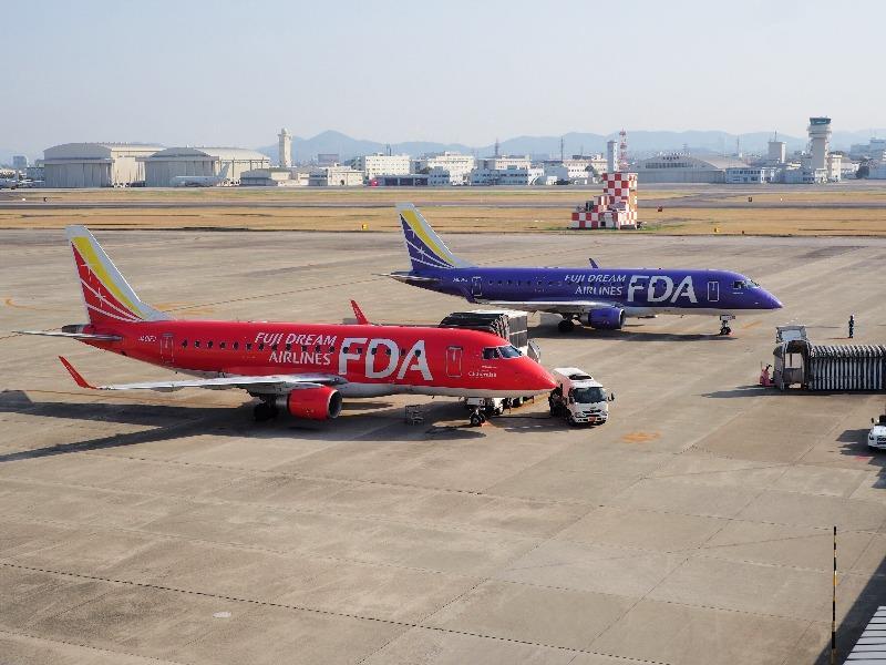 県営名古屋空港 展望デッキ FDA 411 JAL 4431便 名古屋発出雲行(手前の赤色)