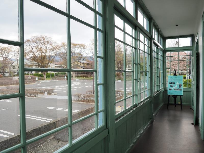 旧司祭館 ガラス窓に囲まれたヴェランダ