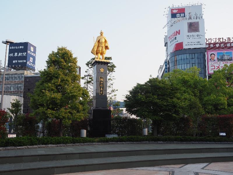 JR岐阜駅 北口(長良口)金の信長像