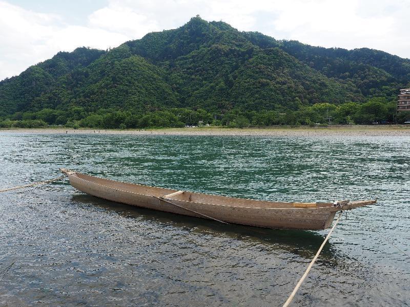 長良川ブロムナード 金華山(岐阜城)と長良川と鵜飼舟