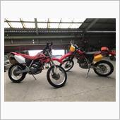 友人のXR250 MD30 (右側)