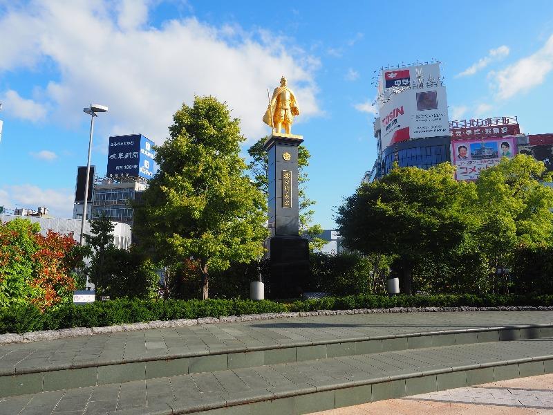 JR岐阜駅 北口(長良口)信長ゆめ広場 金の信長像