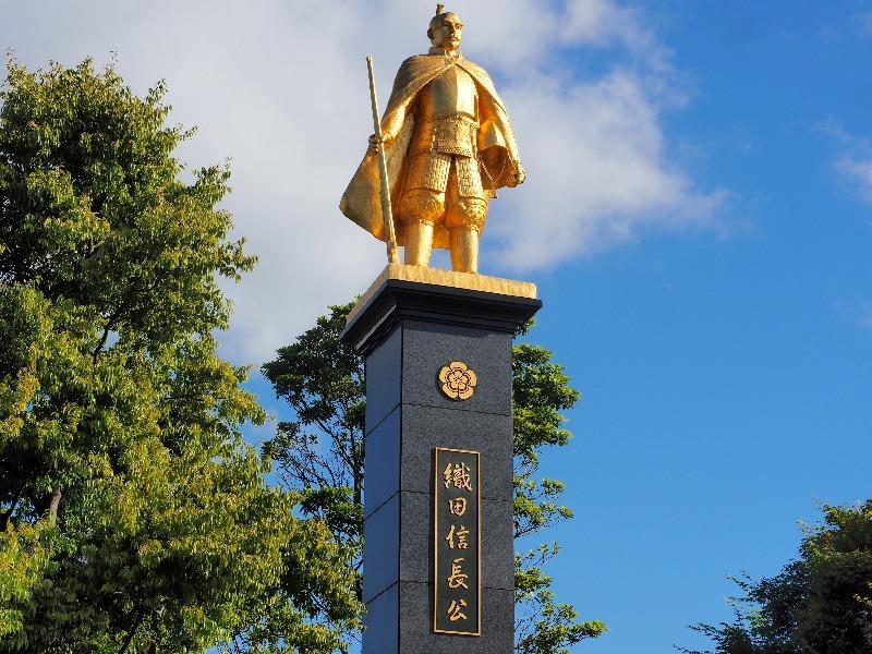 JR岐阜駅 北口(長良口)信長ゆめ広場 金の信長像(拡大)