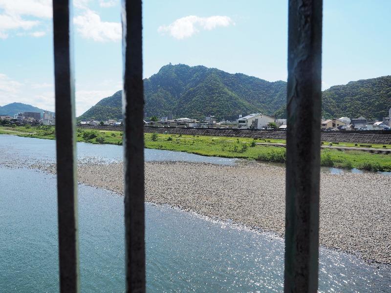 金華橋から長良川、金華山、岐阜城(1)