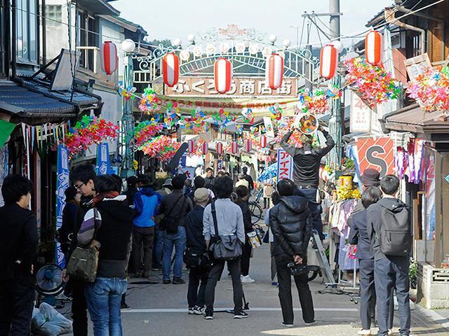 「ふくろう商店街」として撮影のセットが組まれた岩村本通り=昨年11月、恵那市岩村町