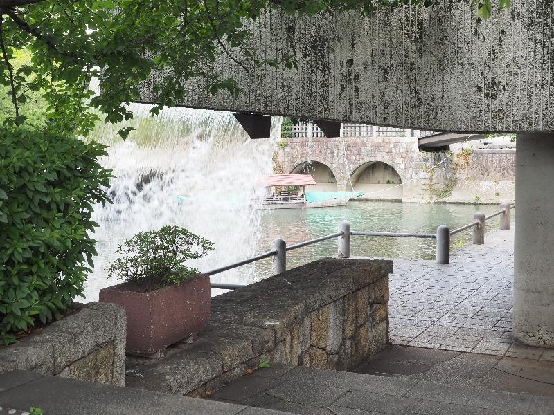 滝のトンネル