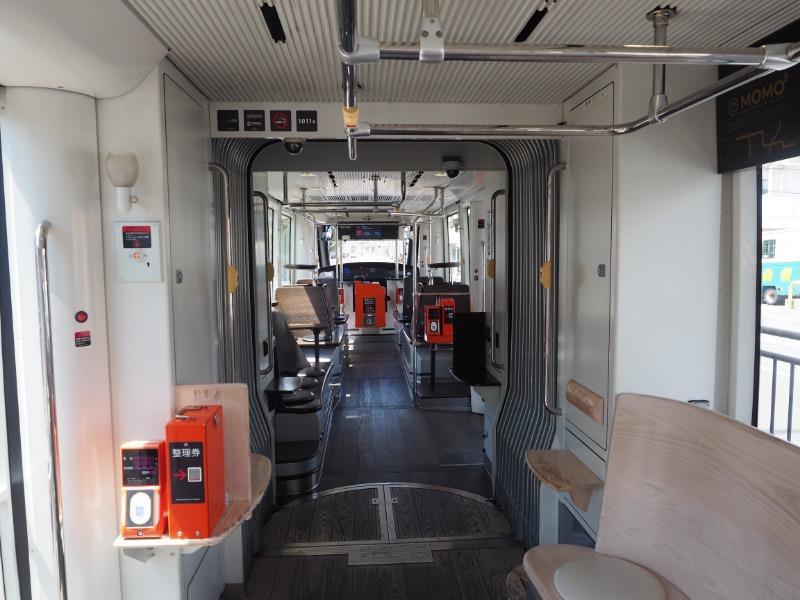 岡山電気軌道 MOMO2 車内(3)