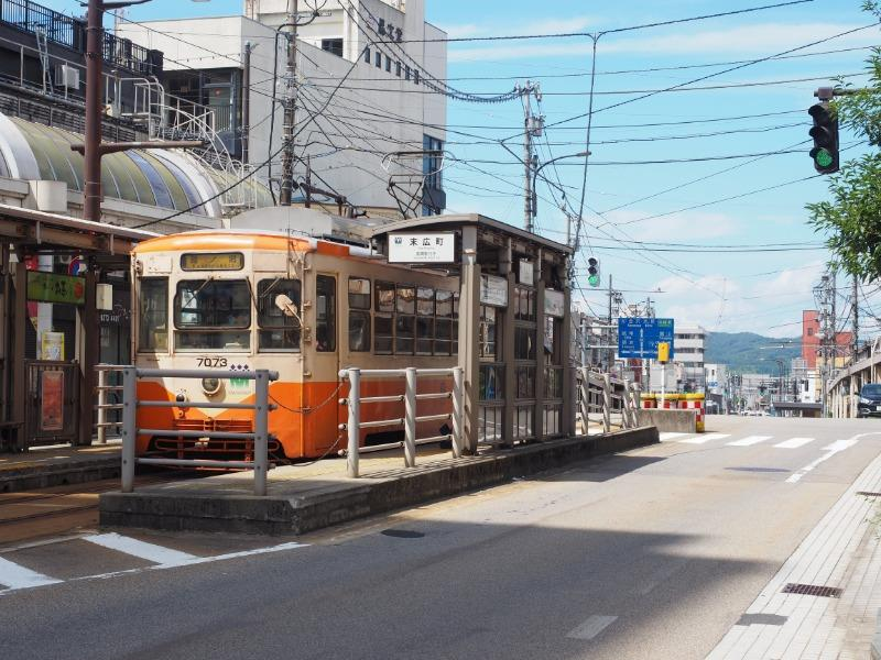 末広町電停 万葉線(高岡軌道線)7073号