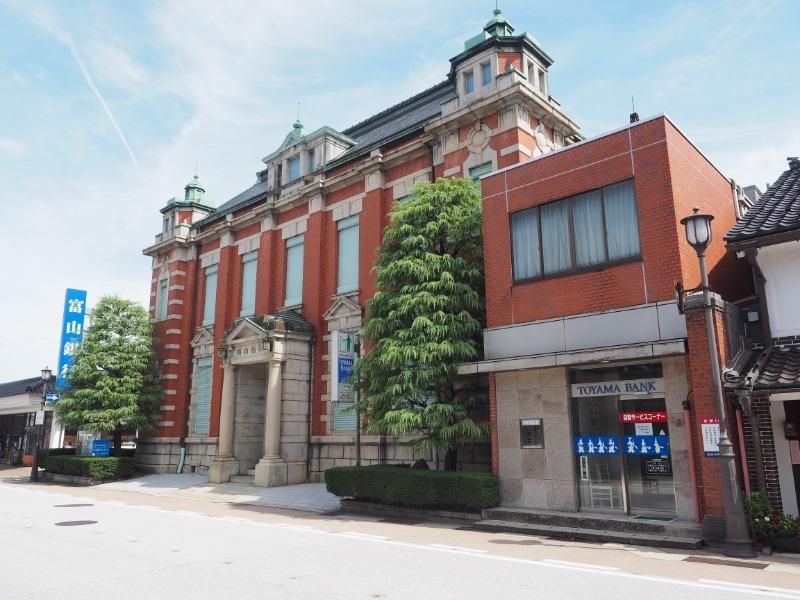 山町筋 土蔵造りの町並み 赤レンガの銀行(富山銀行)