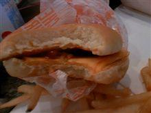 あるべきものが無い・・・肉抜きチーズバーガー・・・悔しいです。