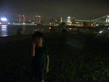 東京湾の夜景をバックに1枚