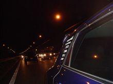 東名事故渋滞中の中w 無灯火で走行するやつwww