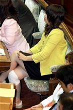 民主党の新人議員・三宅雪子衆院議員が12日の衆院内閣委員会で転倒したことで話題となっている。