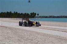 F1マシンがビーチを疾走 レッドブル