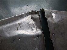 トランク内のベコベコのパネルを叩いて直す!