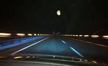 月を追う Pursuing the moon