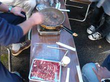 イノシシの肉でバーベキュー