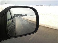 今は雪で道幅が凄く狭いんです