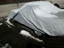 車体カバーに積もる雪