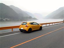 オレンジガードレールと霧
