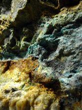 □銅の鉱床は緑青色---多田銀銅山跡