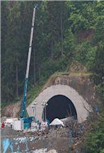 <トンネル爆発>一刻も早い救出を 現場前に4人の家族