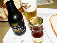 ビールを飲みながら、ビールジャムでパンを食べる