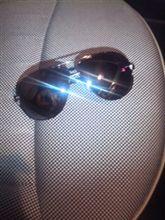 新しいサングラスを…