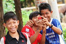 カンボジアのとある村で英語を話す子供たち