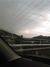 分厚い雨雲のすき間に