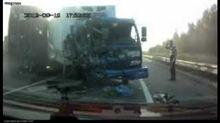 ☆ 家の近くでバイク同士の接触事故です。また海外ですが、事故の衝撃でトラックドライバーが飛び出したが奇跡的に無事 (す・す・すご過ぎる・・・)