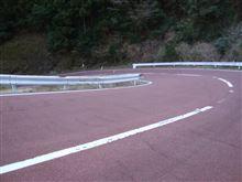 ☆ 県道16号(高知市土佐山)を北上してもましたら、赤い色の路面がありますぜよ・・・。(素晴らしい・・・)