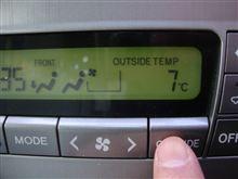 ☆ 10系アルファードのエアコンスイッチですが、外気温が表示できるボタンがあるんですねぇー・・・。(今まで知らんかったー・・・)