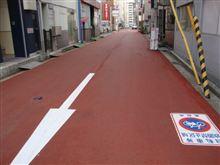 ☆ 高松の駅前には真っ赤な道路がありました。最近舗装をやり変えたんでしょうか!?・・・。