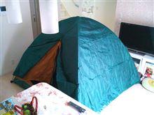 リビングにテント。