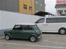 ミニの隣の大きな車!