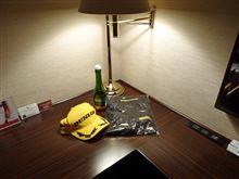 ホテルで一人シャンパンの飲みながら走行映像を見る・・・・