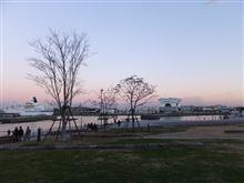 夕暮れ時の横浜港