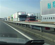 トラックが追い越し車線にいっぱい。