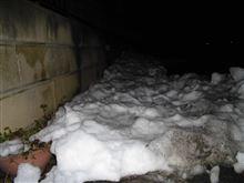 まだ道路脇には~雪が