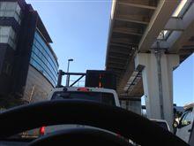 澄み渡る青い空、そして憂鬱な渋滞