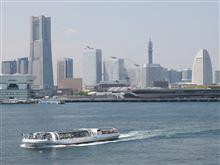 横浜港の海上を散策する。