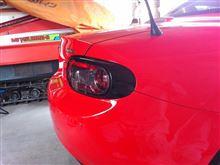 赤いロードスターにはクロのテールランプが良い感じ