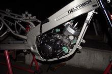 TZR125のレストア、ようやくエンジンをフレームに装着しました。