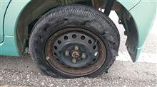 タントのタイヤがパンクしました(>_<)。