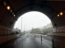 長いトンネルとぬけると.....